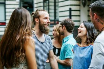 Gente riendo en una reunión