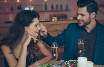 pareja teniendo una cena romántica