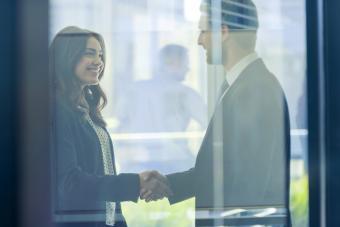 Hombre y Mujer saludandose en el trabajo