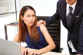 Mujer molesta por el contacto no deseado