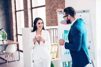 Hombre y mujer hablando en la oficina