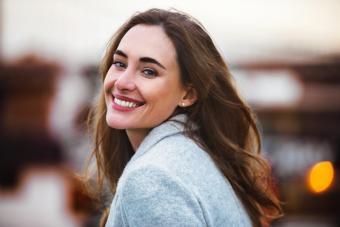 Mujer natural sonreindo