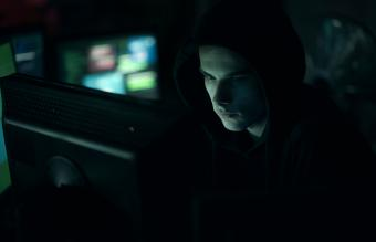 Hacker escondido en la oscuridad