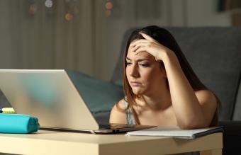 Mujer confundida mirando el ordenador