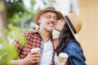 Mujer joven besando a hombre en la mejilla