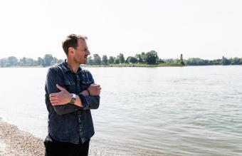Hombre pensativo a la horilla del rio