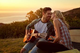 Hombre tocando guitarra a su novia