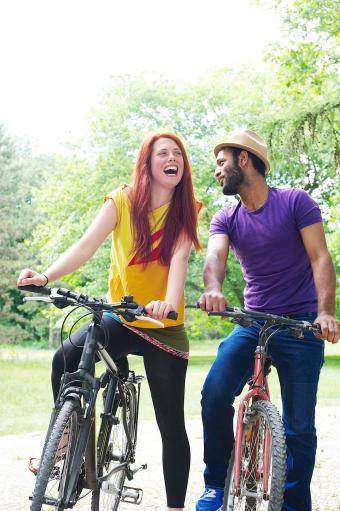 Pareja montando bicicleta