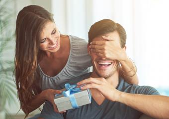 Chica entregando regalo de cumpleaños a su novio