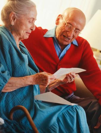 Pareja leyendo carta de amor juntos