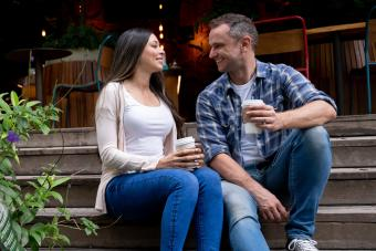 Hombre y mujer hablando en un café