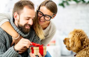 mujer le da a su pareja un regalo envuelto