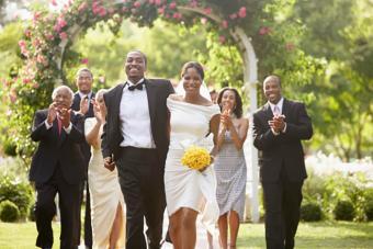 invitados aplauden a los recién casados