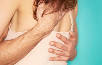 Hombre y mujer se abrazan