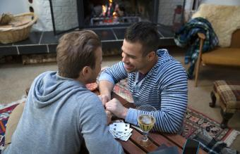 Amigos jugando a las cartas