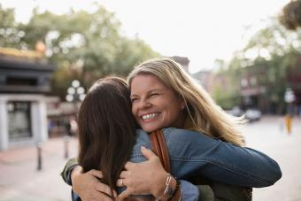 Amigas se abrazan en la calle urbana