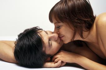 sensual pareja besándose