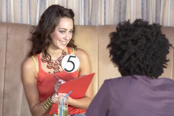 Mujer haciendo preguntas en un speed dating