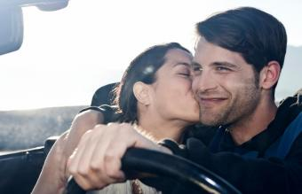 mujer besando a hombre en el carro