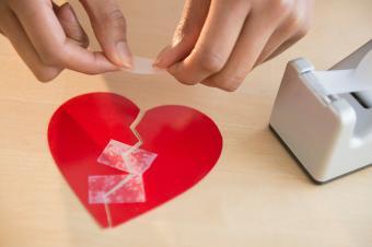 mujer tomando papel roto corazón