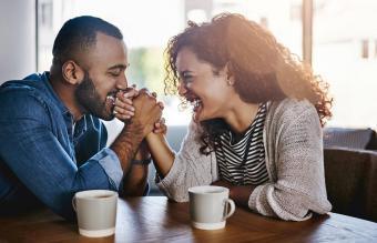pareja joven en un café